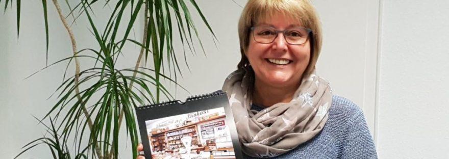 Heike Begemann-Dröge zeigt den Kalender 2018