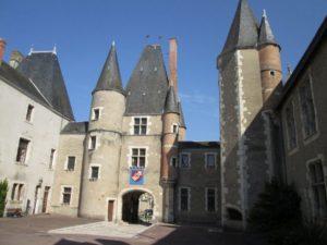 Schlossinnenhof in Aubigny (Bild: Ulrich Klose)