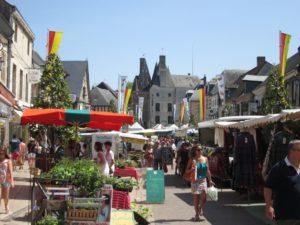 Markt auf der Rue du Prieuré in Aubigny (Bild: Ulrich Klose)
