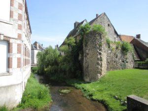 Die Nère mit Resten der Stadtbefestigung von Aubigny