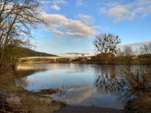 Weser mit Weserbrücke und alter Werft in Uffeln