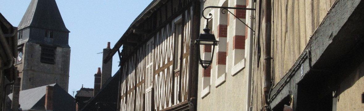 Fachwerkhäuser und Kirchturm St. Martin in Aubigny