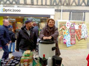 Gute Stimmung beim Glühhweinverkauf (Bild: Ulrich Klose)