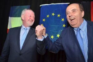 Vlothos damaliger stellvertretender Bürgermeister Ulrich Sturhahn und Aubignys Bürgermeister Michel Autissier.