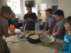 Crêpes-Backen im Jugendzentrum in der Kulturfabrik Vlotho bei den Ferienspielen 2018