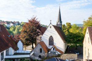 Blick auf die St. Stephanskirche mit den Überresten des Klosters Segenstal.