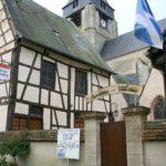 """Blick auf das """"office de tourisme"""" von Aubigny mit der Eglise St. Martin im Hintergrund."""