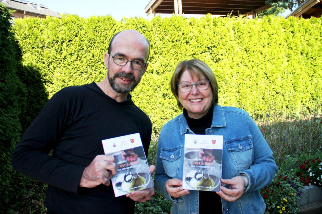Heike Begemann-Dröge und Ulrich Klose mit dem neuen Kochbuch