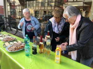 Sektempfang zum 30-jährigen Partnerschaftsbestehen vor der Buchhandlung Wedhorn