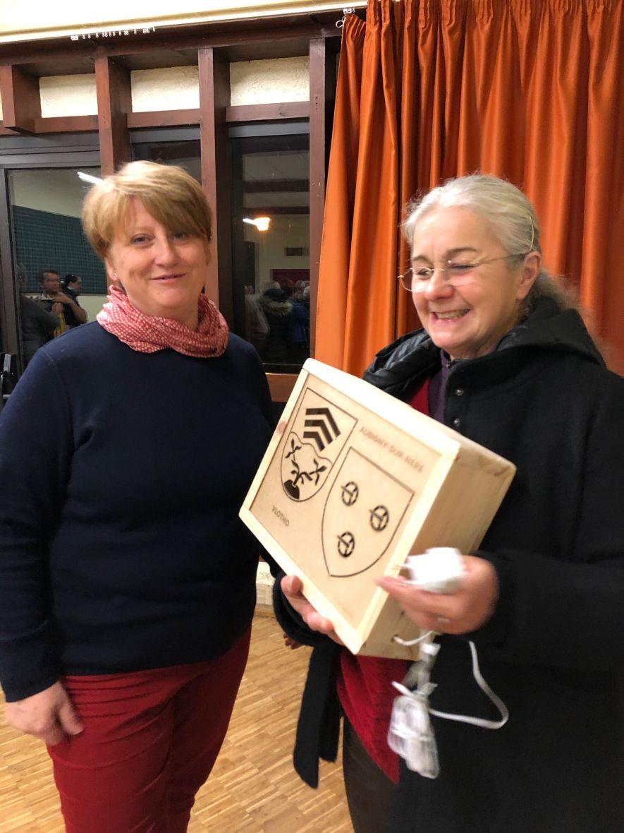 Telethon 2019: Bürgermeisterin Laurence Renier (l.) und Cathy Daugu mit dem Geschenk der ISA Groupe